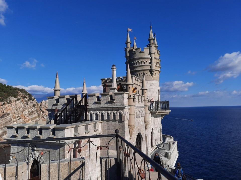 За год подрядчик отреставрировал фасад дворца и вернул прежний вид декоративным элементам