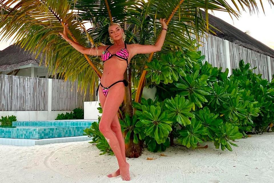 Анастасия Волочкова продолжает радовать поклонников снимками в микро-купальниках и своими фирменными шпагатами.