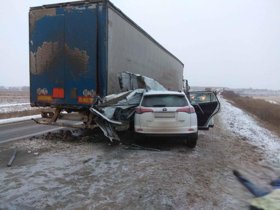 Погиб пассажир: пожилой мужчина на легковушке врезался в стоящий «КамАЗ» в Удмуртии