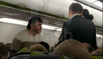 «Кто дал вам право орать»: в Омске задержали самолет из-за буйного пассажира