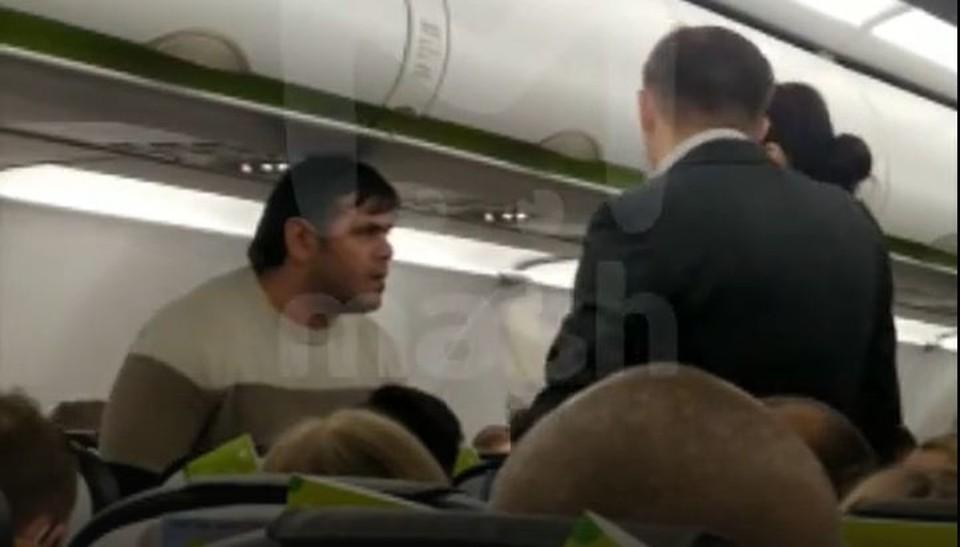 Самолет задержали почти на час из-за того, что пассажиру не понравился тон стюартов при общении с ним.