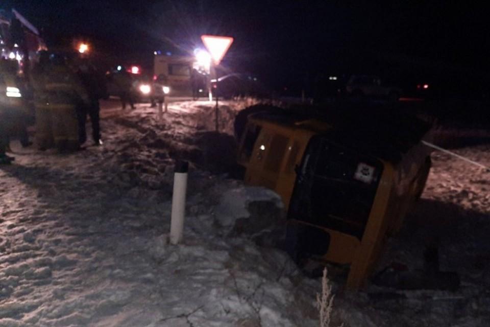 В Чувашии перевернулся школьный автобус с детьми: пострадали два человека