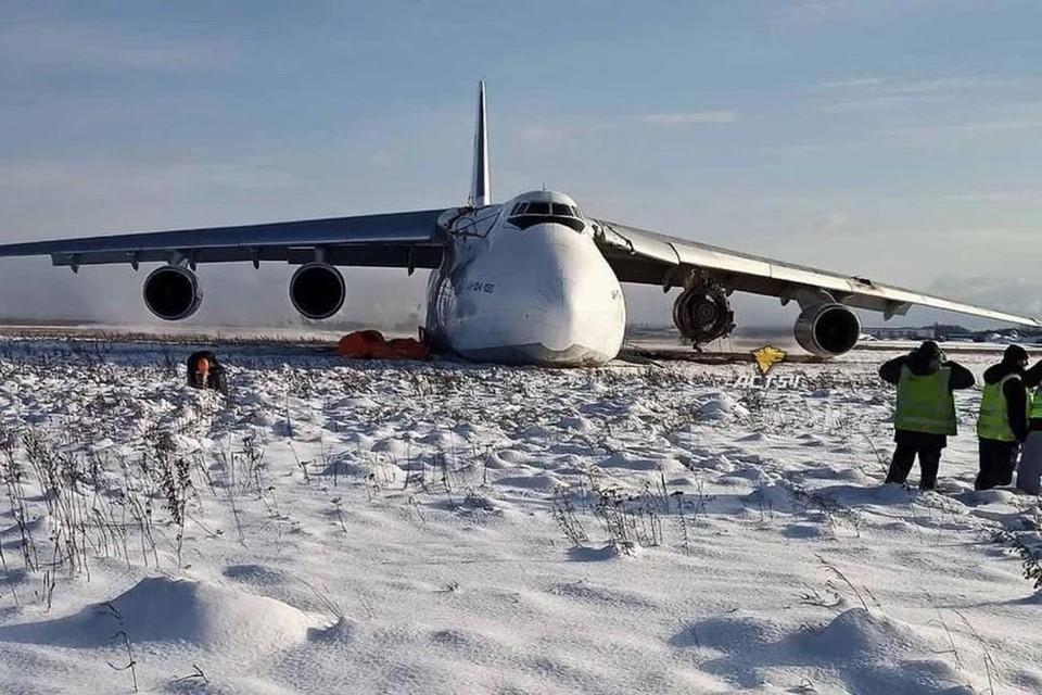 АН-124 выкатился с взлетно-посадочной полосу после экстренной посадки. Фото: «АСТ-54»