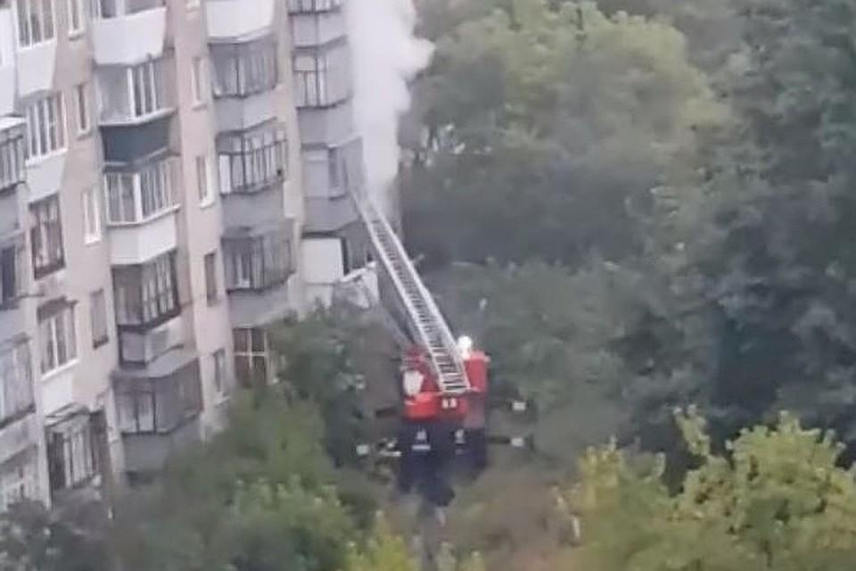 Пожар вспыхнула на первом этаже дома № 16 по улице Уральская в Миассе. Фото: vk.com/Ольга Гасникова