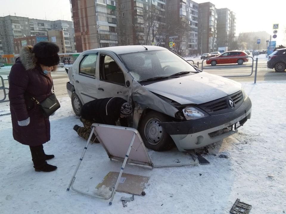 Машина снесла ограждения и протаранила толпу.