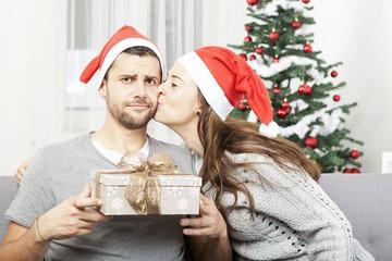 Не желают мужики, чтоб дарили им носки: россияне назвали самые неудачные новогодние презенты