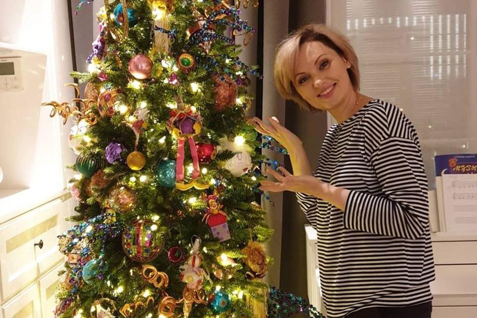 Елена Ксенофонтова справилась с коронавирусом и уже наряжает елки для коллег.