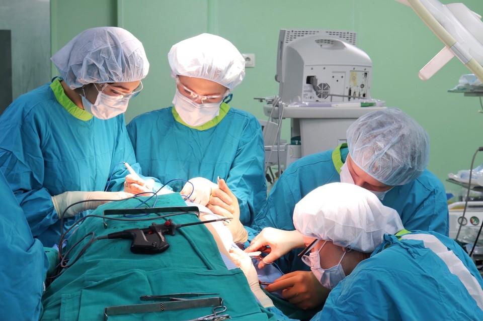 В Тюмени хирурги сшили пациенту новый язык из лоскута со спины. Фото - Ирина Литвиненко, пресс-служба ГАУЗ ТО «МКМЦ «Медицинский город».