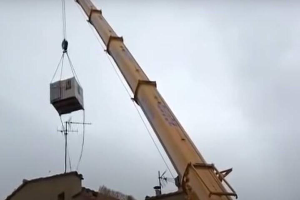 Во Франции 300-килограммового мужчину вытащили из дома подъемным краном
