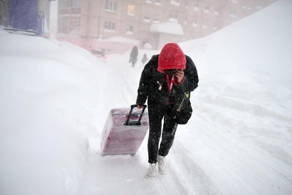 Город, который сугроб: снежный шторм наглухо заметает Норильск уже неделю
