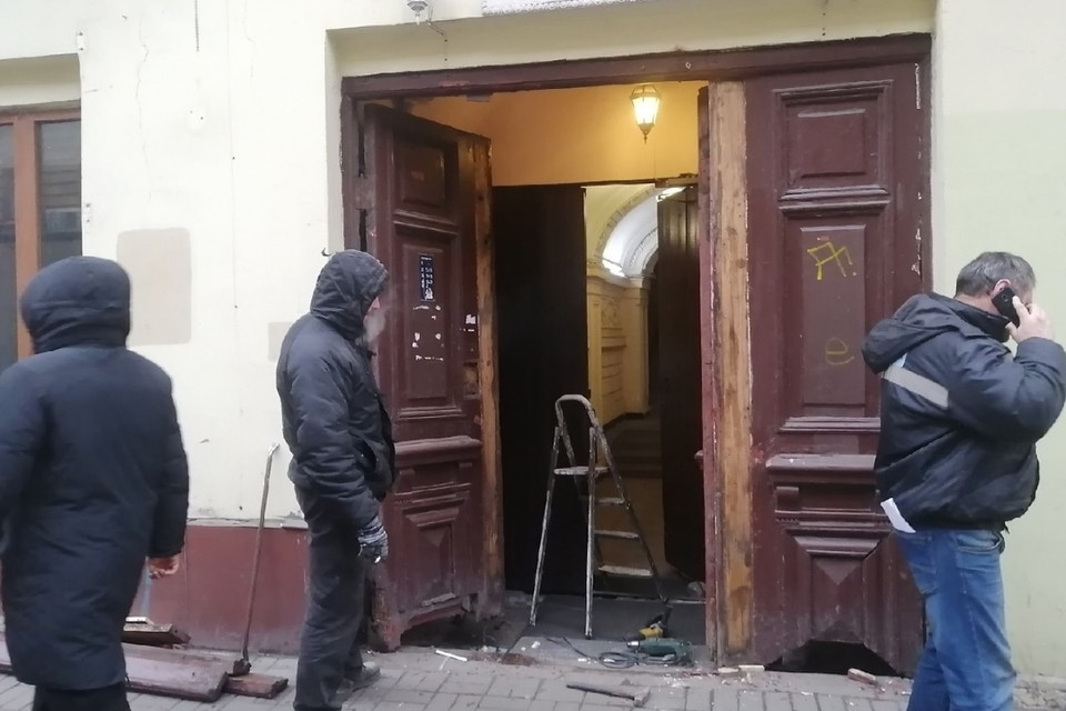 Активисты предотвратили демонтаж парадных дверей в старинном доме в центре Санкт-Петербурга. Фото: vk.com/kostrovyaroslav