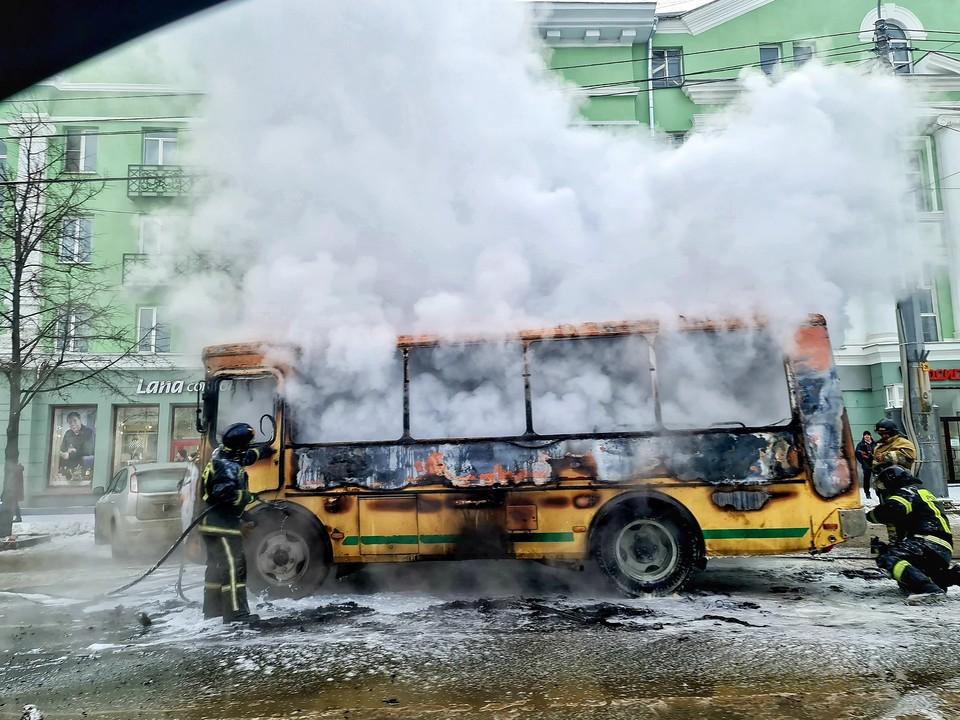 Внутри ПАЗ выгорел полностью. Фото: Вячеслав Куликов