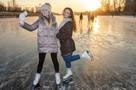 Канал имени Москвы превратили в стихийный каток: жители рассекают на коньках вместе с грудными детьми и собаками