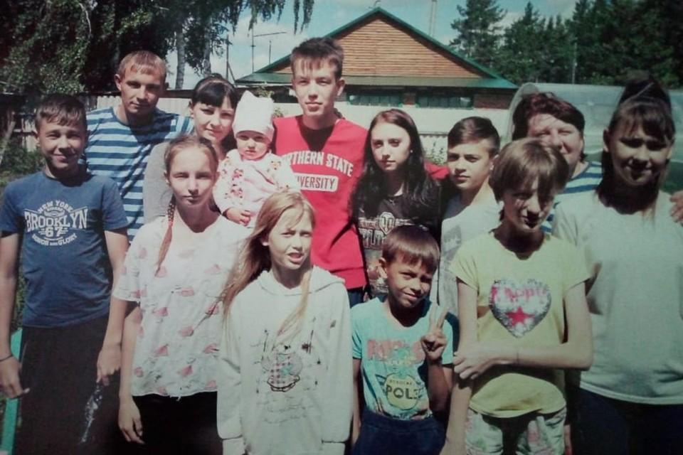 Одна из редких фотографий, на которой поместились все дети. Фото: личный архив героя.