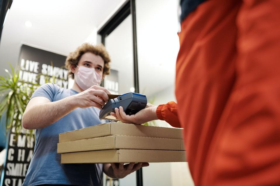 Блюда, в том числе для новогоднего стола, доставляют с заботой о здоровье. Фото: pexels.com