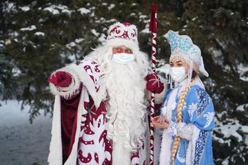 «После третьей рюмочки все дистанцирование посыплется»: эпидемиолог и Дед Мороз о новогоднем корпоративе в пандемию