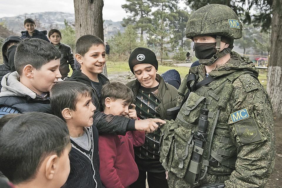 Для мальчишек в Карабахе российские миротворцы - безусловные герои и защитники. Фото: Валерий МЕЛЬНИКОВ/РИА Новости