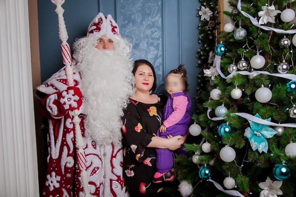 Юлия с дочкой и Дедом Морозом. Фото: из архива Юлии ДОРОХОВОЙ