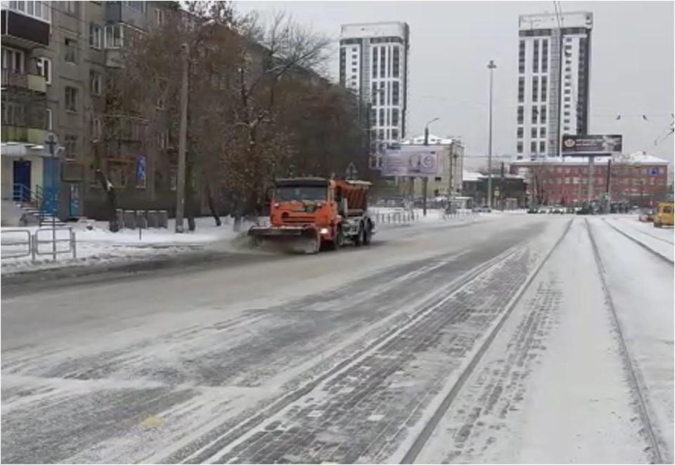 С проезжей части убрали мокрый снег и засыпали противогололедной солью. Фото: КДХ Челябинска