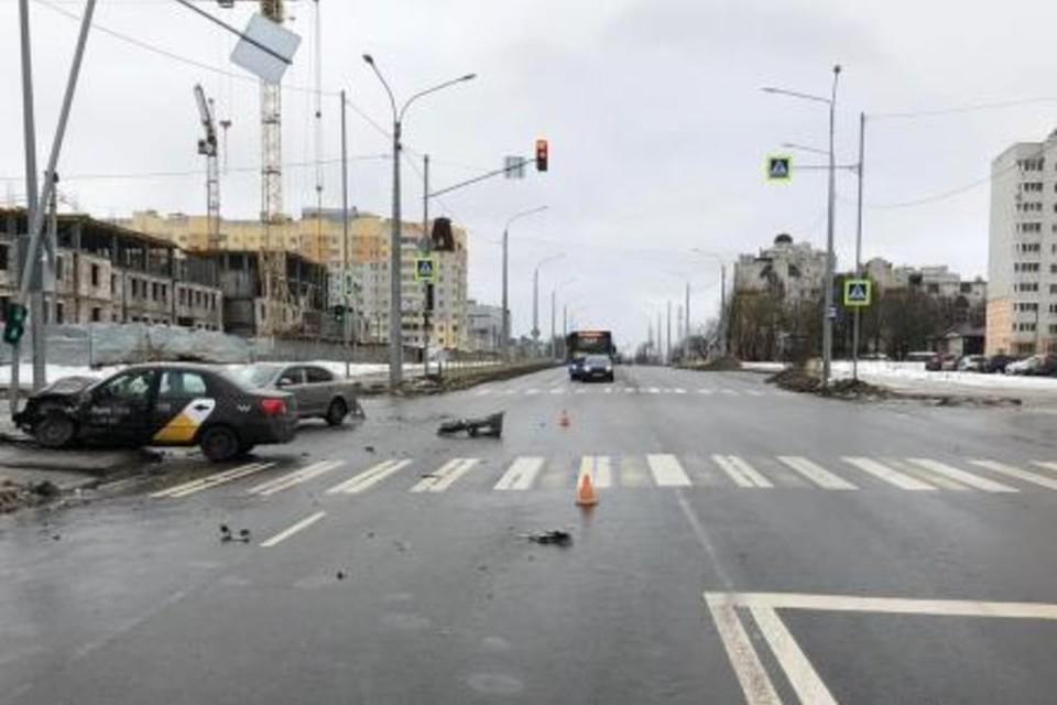 51-летний таксист врезался в светофор.