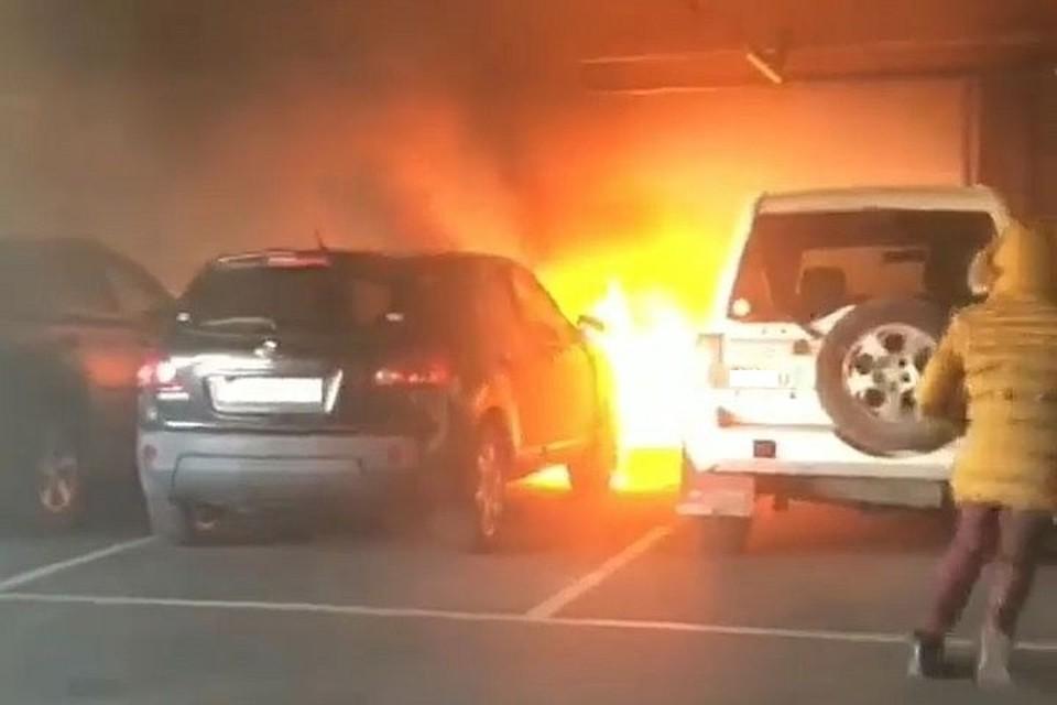 Автомобиль загорелся на крытой парковке