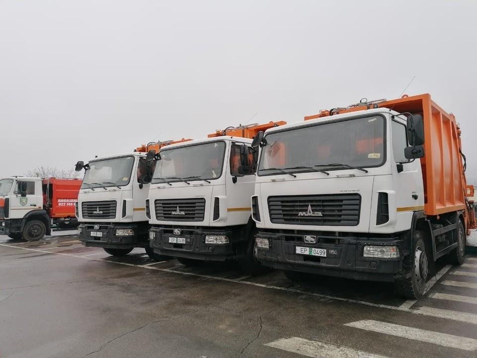 Для Autosalubritate приобретены 10 современных грузовиков для вывоза мусора. Фото:ionceban.md