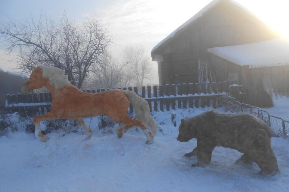 В 2021 году Леонид Дербенев слепил в своем дворе из снега лошадь, убегающую от медведя. Фото: Леонид ДЕРБЕНЕВ