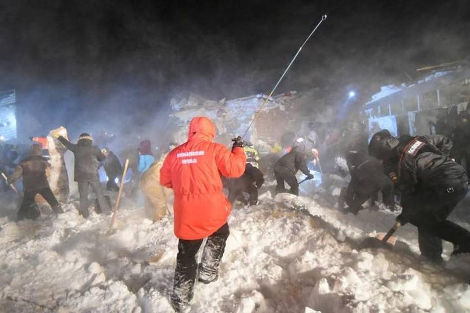 На месте схода лавины работают сотни людей. Фото: Денис Кожевников/ТАСС