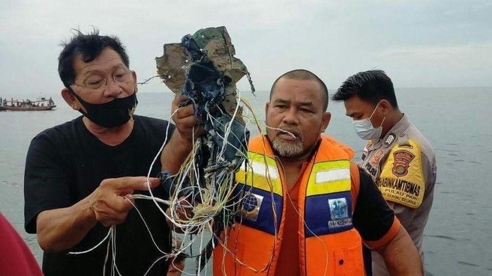 Спасатели и местные жители обнаружили в воде обломки самолета, фрагменты тел, спасательные жилеты и пятна авиационного горючего.