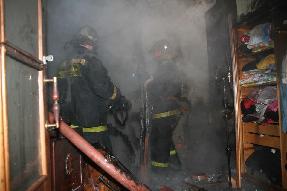 Чтобы потушить огонь, понадобилось полтора часа. Фото: ГУ МЧС по НСО.