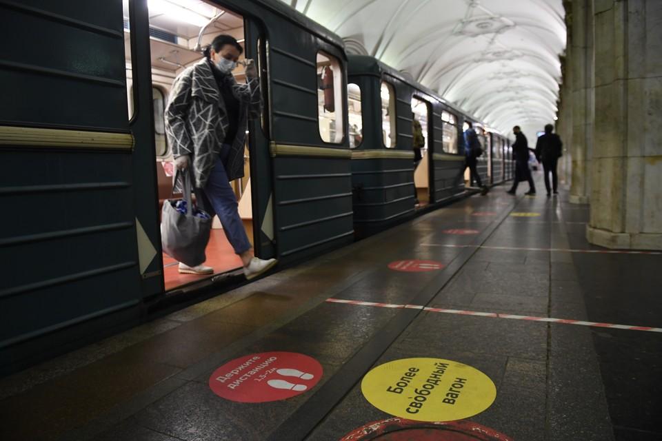 """В московском метро временно остановили движение от """"Курской"""" до """"Киевской""""."""