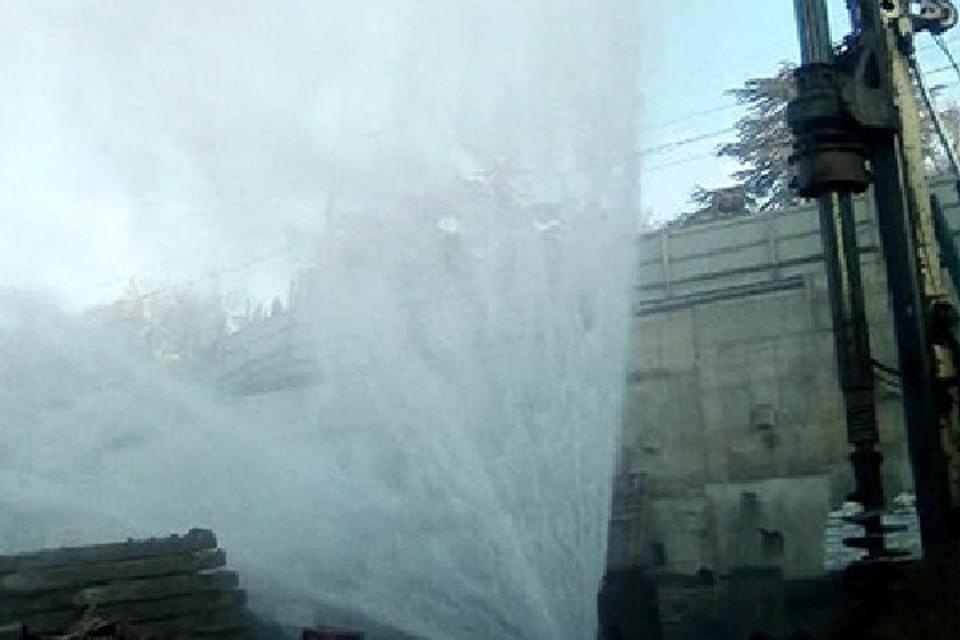 Фонтан дефицитной воды бил из поврежденного водопровода. Фото: yalta-24.ru