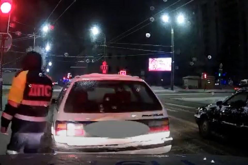 Пьяный бесправник пытался скрыться от ГАИ во дворах. Фото: скриншот видео УВД Могилевского облисполкома
