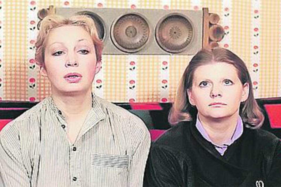 Расчетливая Сусанна (Татьяна Васильева, слева) основательно подходит к вопросу поиска мужа для скромницы Нади (Ирина Муравьева). Фото: Кадр из фильма