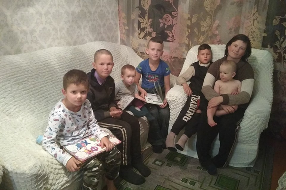 Мария с шестью детьми в новом доме. Фото: Александр Кравченко.