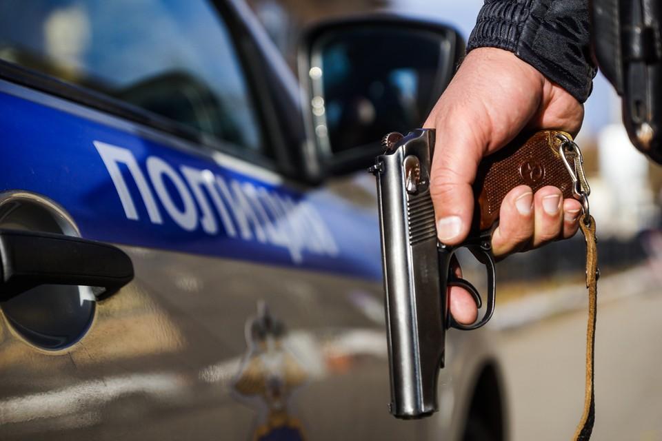 Сотрудники полиции застрелили мужчину, который напал на них с ножом.