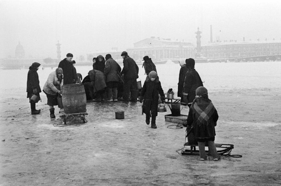 Жители блокадного Ленинграда идут на Неву за водой.