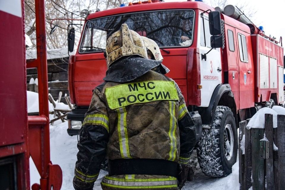 В Советском районе Новосибирска загорелась пристройка к дому.