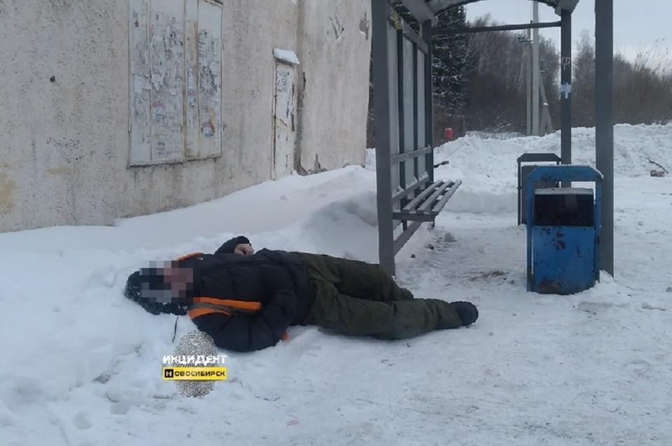 Мертвого мужчину нашли на снегу. Фото: Инцидент Новосибирск.
