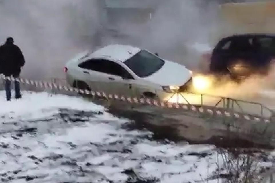 В Липецке машина ушла под землю