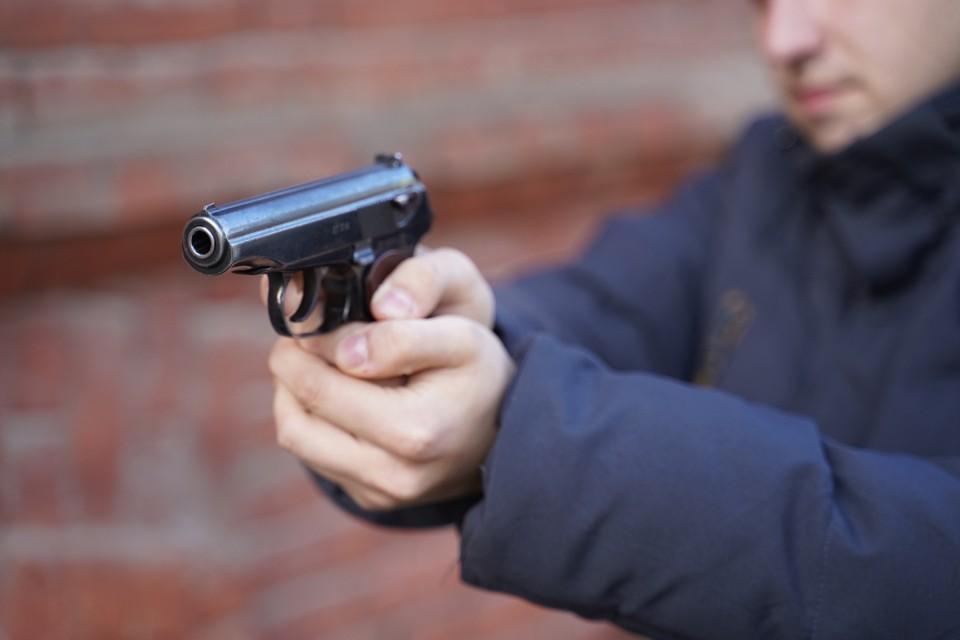В ходе конфликта мужчина достал пистолет и выстрелил в своего оппонента.