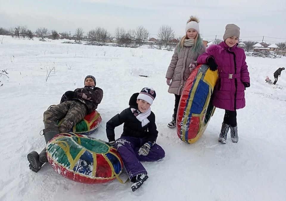 Школьники успевают накатывать снег пока он не растаял