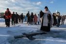 Крещение 2021 в Иркутске: верующие набирали святую воду канистрами и флягами