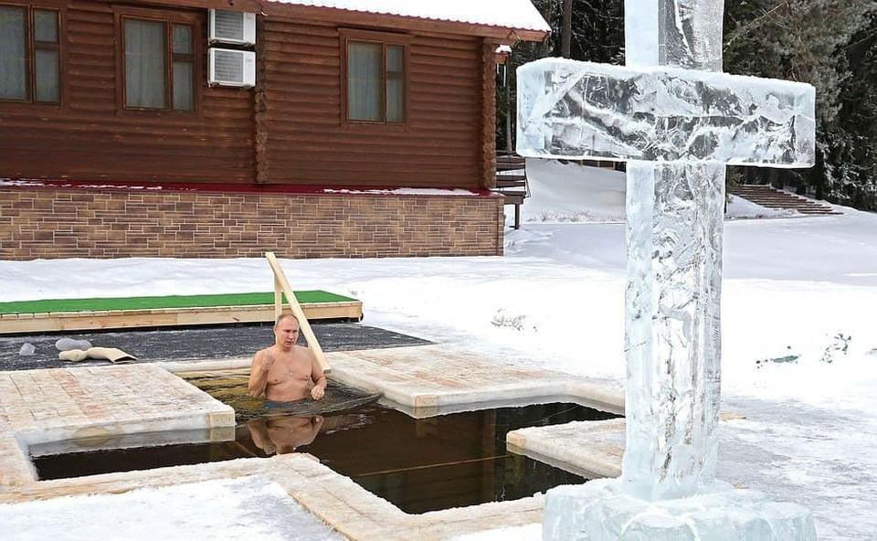 Владимир Путин принял участие в крещенских купаниях в Подмосковье утром 19 января. Фото: Пресс-служба Кремля