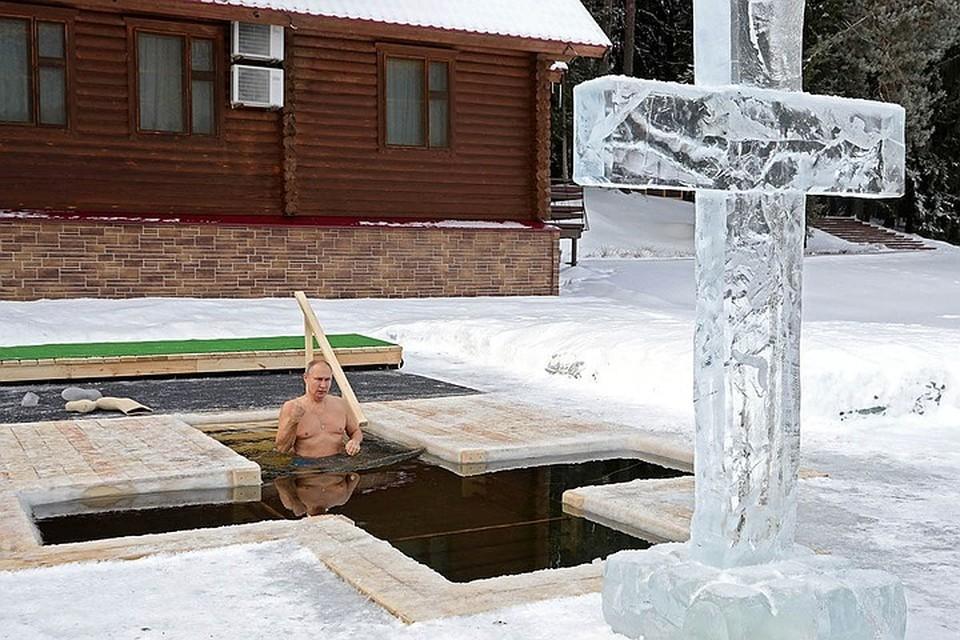 Владимир Путин искупался в проруби в 25-градусный мороз