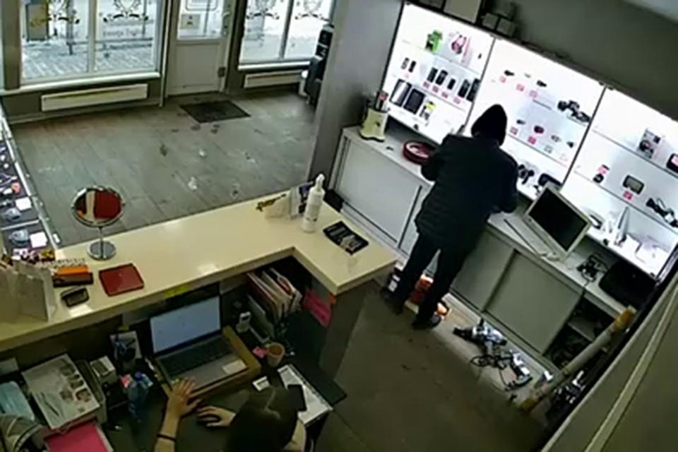 В Красноярске невозмутимый вор вынес ноутбук на глазах сотрудницы ломбарда. Стоп-кадр видео