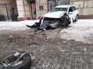 Вырвало колесо: в центре Волгограда иномарка после ДТП вылетела на тротуар