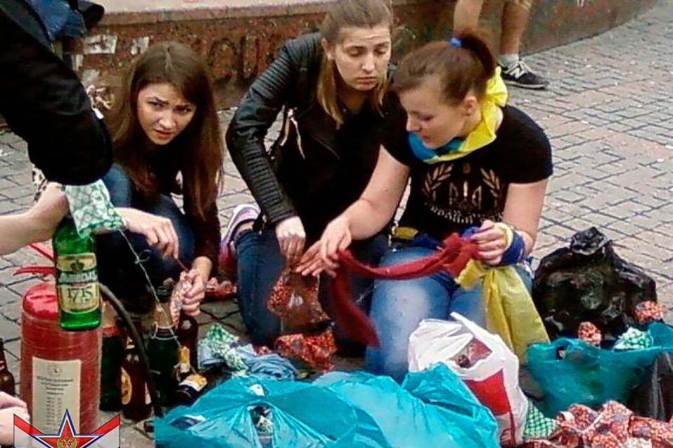 Этот кадр сделан в 2014 году. Школьницы разливают коктейль Молотова у Дома профсоюзов в Одессе.