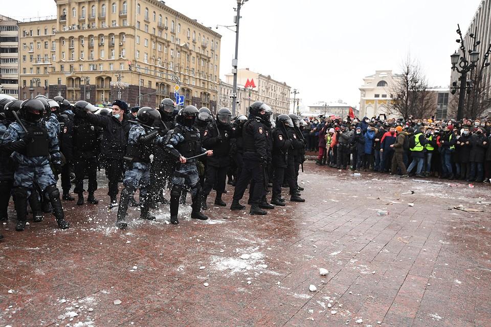 Со стороны демонстрантов в силовиков летели снежки.