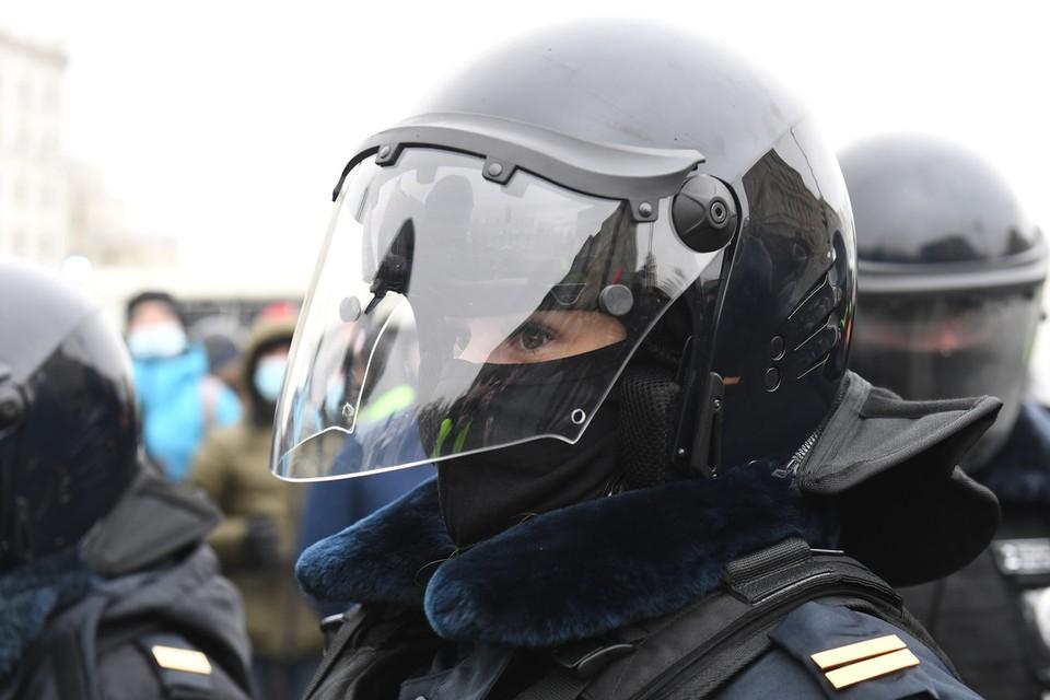 Под защитной формой сотрудников спецназа на митинге оказалось немало... девушек